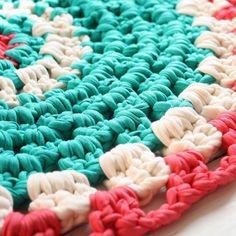 Lunes de Pascua, aún de vacaciones☀️! Fotografía de @rosamoreno_rm #loopsbylaura #alfombra #trapillo #totora #deco #primavera #talleres #ganchillo #barcelona #hechoamano  Easter Monday, still on holidays !! Shot by @rosamoreno_rm #loops #rug #tshirtyarn #crochet #interiordesigns #diy #handmade #crochetXXL #crochetaddict