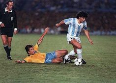 Brazil 2 Argentina 0 in July 1989 in Rio de Janeiro. Diego Maradona goes past Dunga in the Final Group in Copa America. Good Soccer Players, Best Football Players, World Football, Football Soccer, Milan, Diego Armando, Football Images, Retro Pictures, International Football