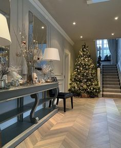 Beautiful entry or corridor.   The floor is wonderful.   The extra long table against the wall fits and looks perfect. Foyer Staircase, Entry Foyer, Entryway Decor, Entrance Hall, Staircases, Christmas Hallway, Floor Design, House Design, Glam House