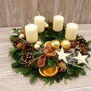 Dieser natürlich, ländlich dekorierte Adventskranz aus frischer Tanne, Kiefer und Buchsbaum ist von Hand gebunden und bringt einen weihnachtlichen Touch auf ihren Couchtisch oder Esstisch. Die...