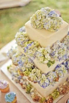 Hydrangea-Covered-Wedding-Cake except with green and antiqued Gorgeous Cakes, Pretty Cakes, Amazing Cakes, Diy Wedding, Wedding Cakes, Wedding Ideas, Floral Wedding, Wedding Stuff, Hydrangea