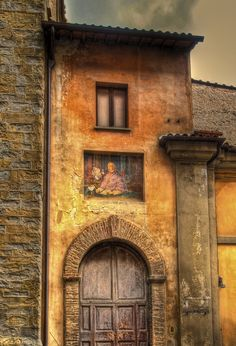 https://flic.kr/p/6w9dUm | Ancient doorway in Citta di Castello, Italy |   3 exp HDR. Taken on a very dull day as it was starting to rain.  Photomatix brought out the colour and texture extremely well