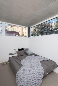 V ložnici dvě stěny lemuje horní průběžné okno. Studios, Prague, Bed, House, Furniture, Home Decor, Atelier, Homemade Home Decor, Stream Bed