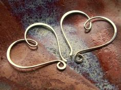 A pair of hearts, stylishly hammered to resemble the stroke of a calligraphy pen! Wire Wrapped Jewelry, Wire Jewelry, Jewelry Crafts, Handmade Jewelry, Heart Jewelry, I Love Jewelry, Jewelry Design, Jewelry Making Tutorials, Jewelry Making Beads