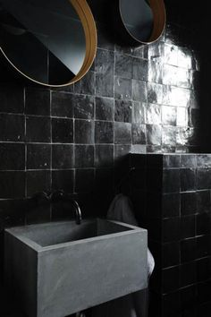The irregular surface of the glazed zellige, handmade moroccan tiles, reflects the light creating interesting visual effects to the minimalistic yet bold bathroom interior design White Bathroom, Bathroom Interior, Modern Bathroom, Black Bathrooms, Hotel Bathrooms, Bathroom Basin, Bathroom Wall, Bad Inspiration, Bathroom Inspiration