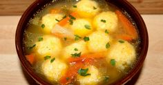 Mennyei Sajtgombóc leves recept! A sajtgombóc leves egy gyorsan elkészíthető, finom étel, amit a rohanós hétköznapokon gyakran elkészítek. Ha már unjuk a szokványos leves betéteket, a sajtgombóc egy jó választás lehet, mert feldob egy egyszerű levest is.