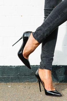 We ♥ shoes! Scarpins pretos #highheelslegs #highheelspumps