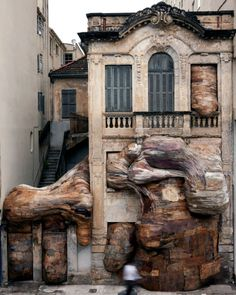 Henrique Oliveira is a Brazilian artist who has turned his house into a sculpture