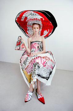 La giovane designer norvegese Edda Gimnes è visionaria come la sua collezione SS17 in cui i tessuti sembrano fogli sui quali disegnare illustrazioni uniche.