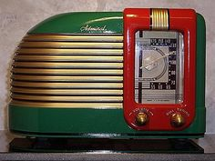 Today's Music on Vintage Radios for Art Deco and Mid-century interior design… Art Nouveau, Art Deco Period, Art Deco Era, Radio Vintage, Vintage Box, Vintage Hats, Vintage Stuff, Muebles Art Deco, Modernisme