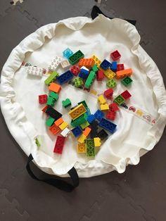 入園グッズの手作り代行・オーダーメイド オンラインショップ  やっと作りました! ネットで話題(?)のレゴを一瞬で片づけられるプレイマット。 (過去にレゴが一瞬で片付いてしまう収納。続編を書いているので、プレイマットって?という方はよろしければご覧ください)  サイズは直径85cmです。(少し小さめ。布の幅の関係でこのサイズに…)  取手をつけて、持ち運びや引っ掛けやすくしました。  レゴを一瞬で片づけられるプレイマットの作り方 英語のサイト(ココ)の作り方を参考にしながら作ったので、 日本語で作り方をまとめさせて頂きます。 もしご参考になれば・・・!   材料 ・87cmの布を2枚(表地と裏地) ・はさみ ・ミシン ・縫い糸 ・270cmの紐を1本 ・ゼムクリップ 1つ  所要時間 2~3時間  作り方 生地を87cmの正方形に裁断する。まず、一枚。 (縫い代1cmずつ。なので、直径85cm+縫い代1cm+縫い代1cm)  正方形を三角になるように折り、さらにもう一度三角になるように折る。  「わ」になっている角(直角)を中心に、円の...