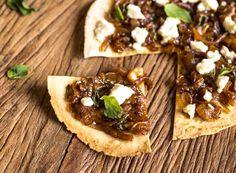Pizza de Pão Folha, Cebola Caramelizada, Queijo de Cabra e Manjericão - Dedo de Moça