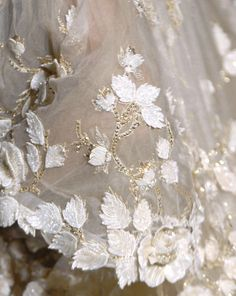 More beautiful lace: Valentino Couture Valentino Couture, Couture Details, Fashion Details, Fashion Ideas, Fashion Tips, Dress Flower, Fairy Dress, Couture Embroidery, Tambour Embroidery