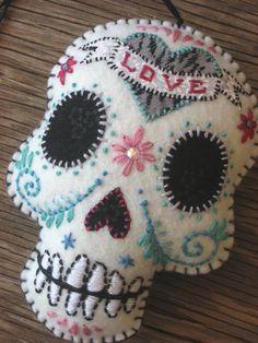 sugar skull in felt Felt Crafts, Fabric Crafts, Sewing Crafts, Diy Crafts, Craft Projects, Sewing Projects, Day Of The Dead Skull, Mexican Art, Felt Ornaments