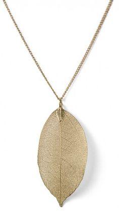gold leaf necklace  http://rstyle.me/n/ntruspdpe
