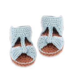 Chaussons type sandales pour bébé en coton tout doux, coloris bleu ciel. Tricotés au crochet en 100% coton, le tout à la main !