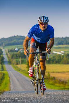 Robert Chevalier à vélo au Témiscamingue  Photo: Mathieu Dupuis www.mathieudupuis.com