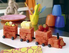Tren de sandía con frutas y gominolas