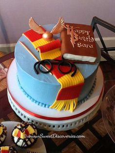 Harry Potter Look at those cupcakes in the corner! Harry Potter Torte, Harry Potter Desserts, Harry Potter Birthday Cake, Harry Potter Bday, Harry Potter Food, Cupcakes, Cupcake Cakes, Bolo Lego, Creative Cakes