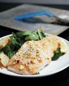 Cette marinade au gingembre et à la sauce piquante donne une touche exotique au saumon. Recette tirée du livre de cuisine La croûte cassée / recettes simples pour bien manger sans se ruiner.