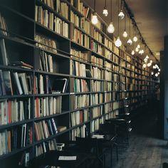 本棚のあるカフェ / via soreikea