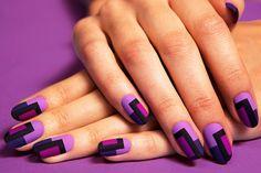 Uñas de distintos colores morados