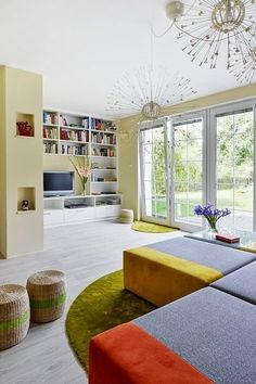 Manželé touží po masivní dřevěné podlaze, dočasně ji však zastoupila příjemná krytina z PVC s dekorem dřeva.