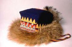 Inari, Lappi, Sevettijärvi, Nellim - Saamelaisen Kolttamiehen perinteinen talvilakki.Neliönmuotoinen (kolkkakulmainen).Leveä turkisreunus ketun tuuheaa häntäturkista,eri väristä verkaa käytetty, ... Sinisen ja punaisen taitteen päälle ommeltu sivuille ja otsamukseen kuhunkin kolme tavallista paidannappia (vanha koristelutapa).... Otsamuksen alaosassa helmikoristelu kolmio-risti -aihein ja kehätyllä siksak-ornamentilla. Kola Peninsula, Lappland, Snow Mountain, Arctic Circle, Jrr Tolkien, World Cultures, Finland, Mythology, Norway