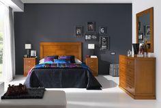 Dormitorio de matrimonio en madera maciza, con cómoda y mesillas a juego. Más info en www.tudecora.com