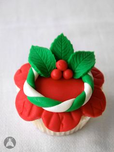 cupcake with red fondant icing shaped like flower, decorated with white and green fondant wreath with holly Christmas Cupcake Toppers, Christmas Cupcakes Decoration, Christmas Sweets, Noel Christmas, Christmas Baking, Cupcakes Fondant, Wedding Cakes With Cupcakes, Fun Cupcakes, Cupcake Cakes