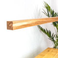 Die Hängeleuchte oder Esstisch-Leuchte aus Eiche kann auch in anderen Holzarten nach Deinem Wunsch hergestellt werden. Floating Shelves, Home Decor, Light Fixtures, Types Of Wood, Wish, Oak Tree, Essen, Decoration Home, Room Decor