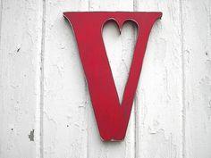 V / dekorativer Buchstabe aus Holz / Punze in Herzform
