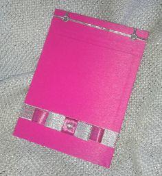Caderneta de anotações artesanal, encadernada com papel especial rosa pink, com 50 folhas brancas 75g sem pauta. Costura japonesa, feita à mão. Decorada com fita prata e laço chanel combinando. Linda e útil opção de lembrancinhas para casamento, bodas, 15 anos, bebês, etc. Seus convidados vão amar.  Primeira página personalizada com nome da aniversariante, local e data da festa, impresso em 1 cor: + R$ 1,00 por caderneta. R$ 10,00