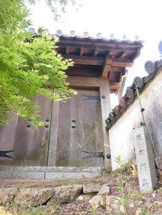 備中松山城 腕木門(復元) 二重櫓の正面脇にあり、本丸の裏門にあたる。降りていけば搦手門の前に出る。 2017.05.20