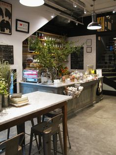 Retail Store Design Photo - White subway tile industrial bar stools and a marble-topped table Cafe Bar, Cafe Restaurant, Havens Kitchen, Bar Table And Stools, Industrial Bar Stools, Industrial Cafe, Industrial Style, White Subway Tiles, Retail Store Design