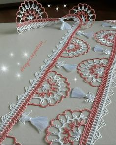 This Pin was discovered by Nur Crochet Edging Patterns, Crochet Lace Edging, Crochet Borders, Crochet Squares, Filet Crochet, Crochet Stitches, Crochet Wall Hangings, Crochet Curtains, Quilled Roses