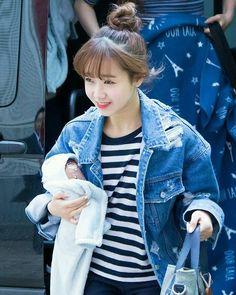 Choi Yoojung 최유정 - On the Way to SNL Korea - -; At first glance, I thought she is carrying a baby ㅋㅋㅋ - #yoojung #choiyoojung #fantagio #최유정 #유정 #ioi #아이오아이 #idealofidol #dreamgirls © Shine on you South Korean Girls, Korean Girl Groups, Choi Yoojung, Kim Doyeon, Vixx, Shinee, Kpop Girls, Pretty Girls, Taehyung