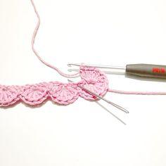 Fortsæt rækken ud og afslut med en kædemaske i første stangmaske. Luk af me Crochet Pacifier Holder, Crochet Lanyard, Bead Crochet Rope, Crochet Bracelet, Loom Knitting Projects, Baby Knitting Patterns, Crochet Projects, Crochet Patterns, Crochet Puff Flower