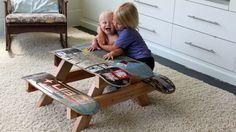 Une table de pique-nique avec des planches de skateboard