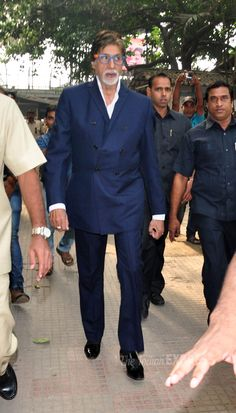 Amitabh Bachchan arriving to inaugurate the 120-150 feet mural painting of Dada Saheb Phalke MTNL building in Mumbai. #Bollywood #Fashion #Style #Handsome