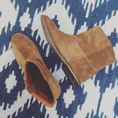 Thanks god these beauties are back! They came to stay the whole Spring and Summer Season! Classic Outfits, Simple Outfits, Summer Looks, Chelsea Boots, Camel, Wedges, Seasons, God, Photo And Video