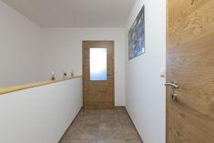 In diesem HARTL HAUS Kundenhaus mit Innentüren aus der HARTL HAUS Tischlerei, ist der gang durch Glas in den Türen mit Sonnenlicht erhellt Bathtub, Bathroom, Sunlight, Carpentry, Corning Glass, Standing Bath, Washroom, Bathtubs, Bath Tube