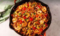 Als een gerecht garnalen bevat, zijn wij er als de kippen bij. Zo ook bij deze pittige noedels met garnalen, een heerlijk en simpel gerecht. Spatzle, Prawn Shrimp, Asian Recipes, Ethnic Recipes, Diy Food, Pitta, Paella, Macaroni, Noodles