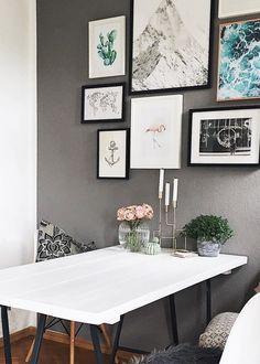Eine Gallery Wall mit Reise-Flair! Eine Weltkarte, ein schneebedeckter Gipfel, Meeresrauschen, ein Flamingo, ein Kaktus und ein Anker! Diese Bilderwand lädt zum Träumen ein und plötzlich ist die geliebter Ferne ganz nah. Die perfekte Dekoration für alles Freigeister und Globetrotter unter Euch! // Gallery Wall Ideas Ideen Wohnzimmer Esszimmer Schlafzimmer Bilderwand Schwarz Weiss Deko Dekorieren #Gallerywall #Bilderwand #WohnzimmerIdeen @alieselotte