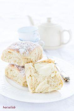 Bei diesem Rezept für dänische Hefebrötchen braucht man Zeit für die Gehzeiten. Sie werden mit einem Vorteig gebacken. Herrlich fluffig!