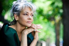Best hair accessories for gray hair - Add a small detail to your gray hair to give your whole look a youthful glow.