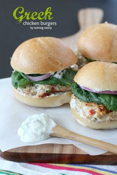 Greek Chicken Burgers with Greek Yogurt Sauce by Nutmeg Nanny Going to prep these on Sunday and cook up and eat them on Monday I Love Food, Good Food, Yummy Food, Delicious Snacks, Beste Burger, Party Sandwiches, Cuisine Diverse, Greek Chicken, Cooking Recipes