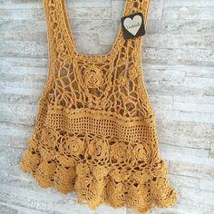 〰Regatinha 〰Cavadinha 〰Feita á mão 〰Mostarda 〰Pontos impecáveis 〰Mutcho Love  Essa peça mais linda, está no nosso estoque!  CORREEEEEEEEEE #handmade #crochet #crochetaria