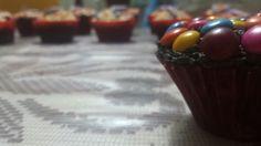 Cupcake de chocolate con crema de mantequilla y lunetas