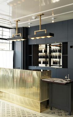 New Hotel for Cocktail Lovers Opens in Paris Cocktail bar. This design could translate into a very glamorous kitchen. This design could translate into a very glamorous kitchen. Cafe Bar, Commercial Design, Commercial Interiors, London Hotel, Life Hacks Diy, Design Entrée, Design Ideas, Design Projects, Paris Design